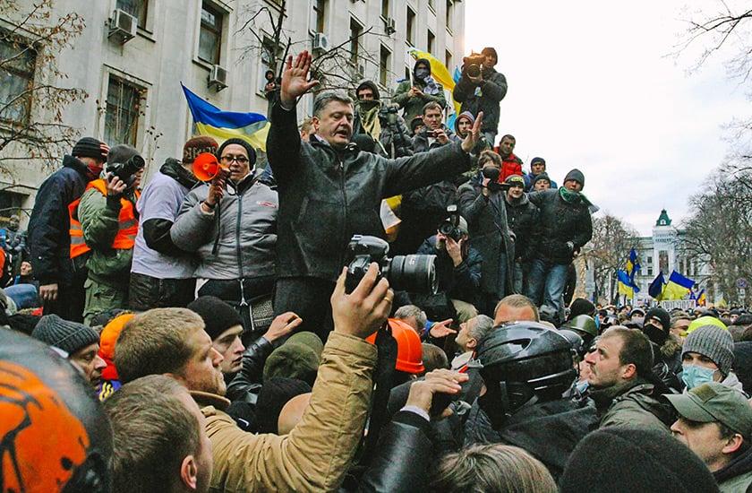 Народный депутат Петр Порошенко пытается успокоить протестующих рядом с Администрацией президента 1 декабря 2013 года. Фото: Kyiv Post / Павел Подуфалов