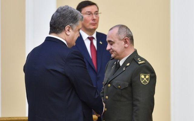 «Искренняя радость» на лице Луценко во время награждения главного военного прокурора. Фото: president.gov.ua