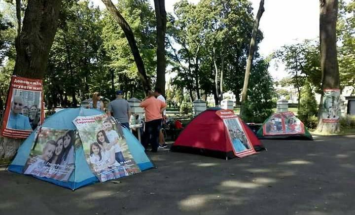 Родственники тяжелобольных протестуют под зданием Минздрава. Фото: facebook.com/andreiev.yurii