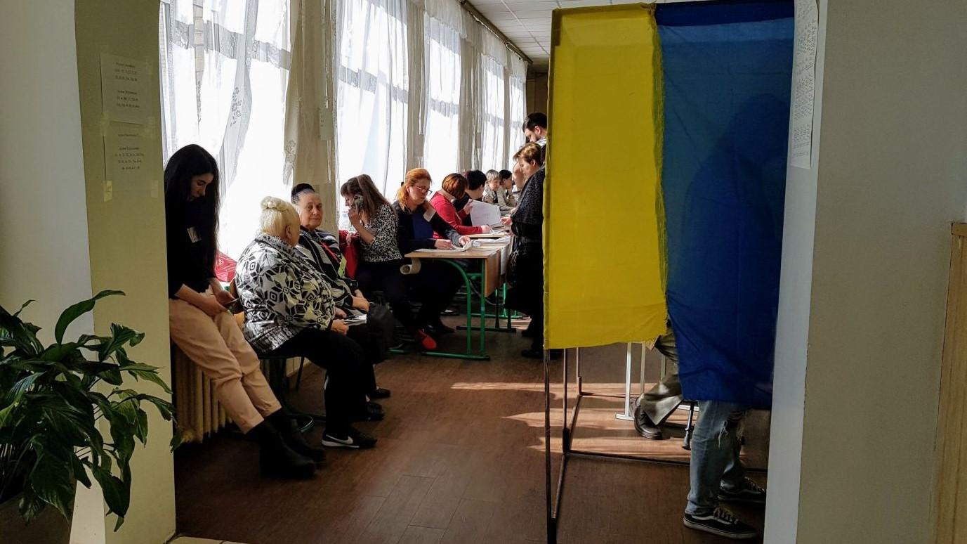 Голосування на ділянці і електронні вибори. Фото: Ракурс