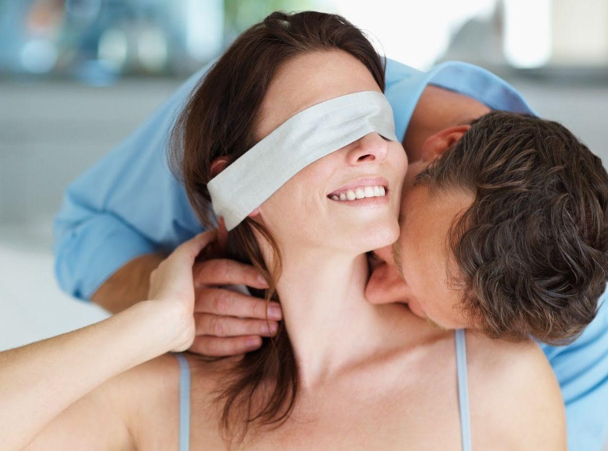 завязала мужу глаза