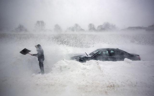 Снегопады не отходят: натрассах образовались километровые пробки, вЗапорожье закрыли аэропорт