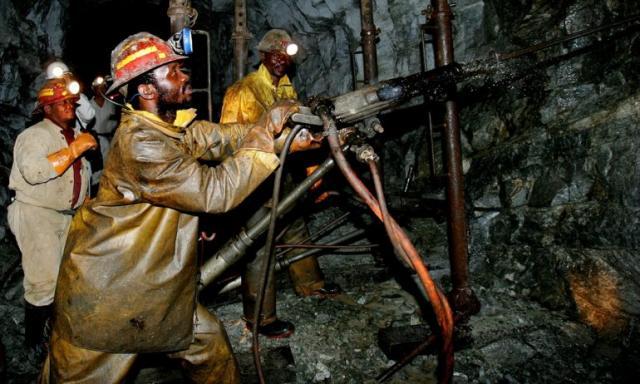 Із золотої копальні вПАР дістали майже тисячу шахтарів