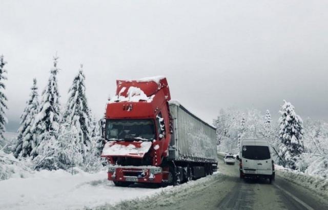 Из-за снега натрассе Киев-Чоп образовались километровые пробки