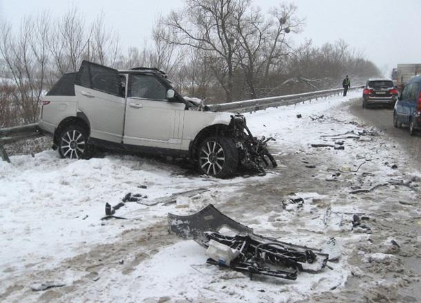 Ленд-Ровер смяло о грузовой автомобиль: двое погибших