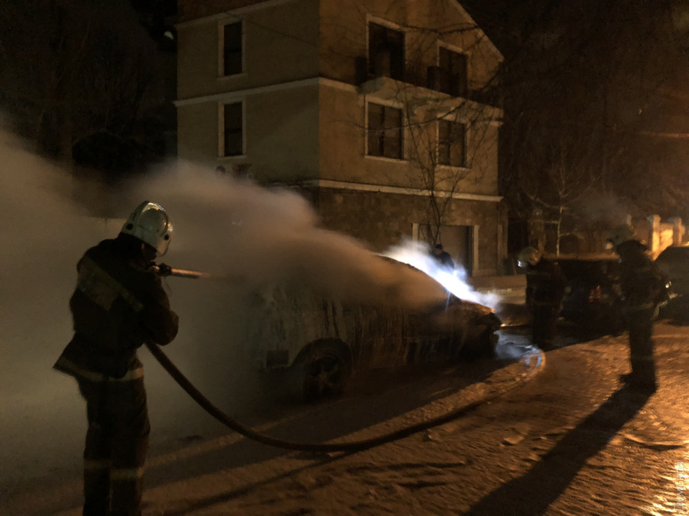 Вцентре Одессы ночью сгорел Лексус депутата горсовета отБПП
