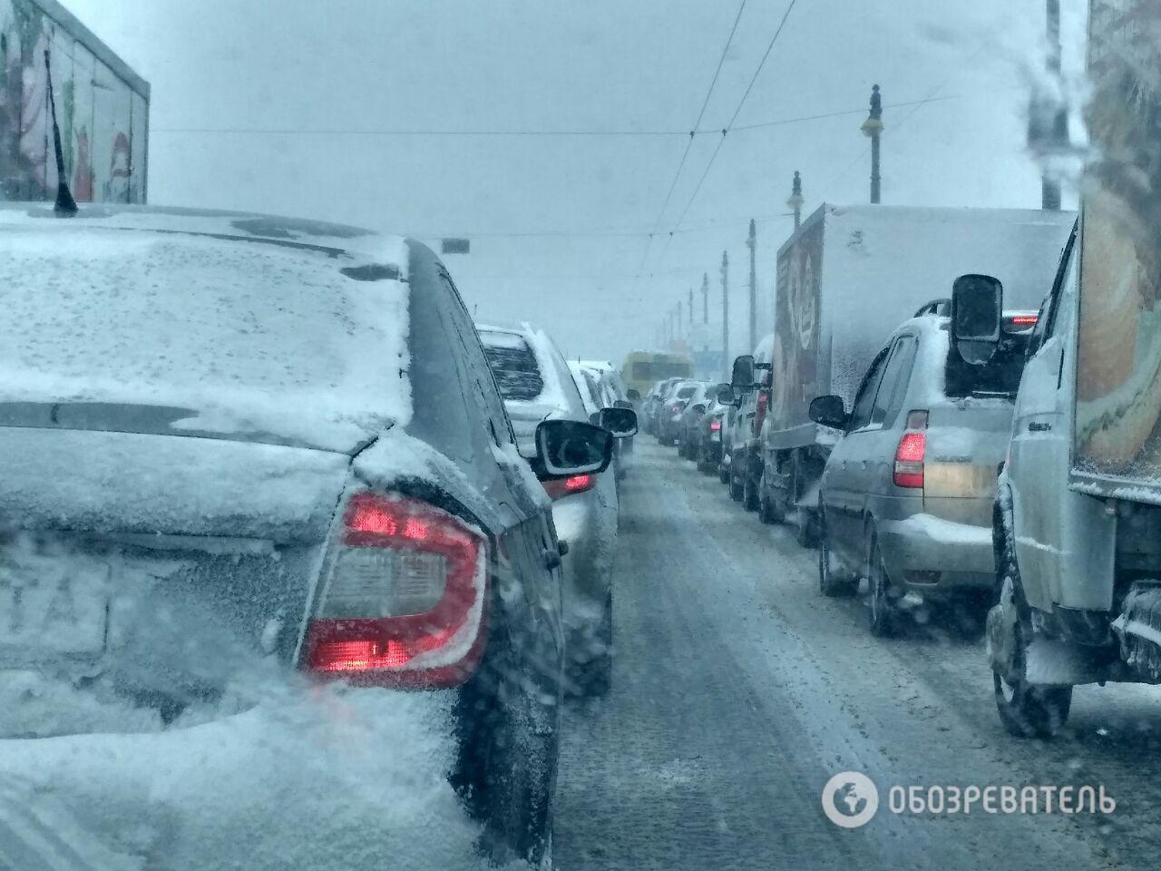 Снегопад парализовал дороги. Пробки вКиеве инавъездах вгород