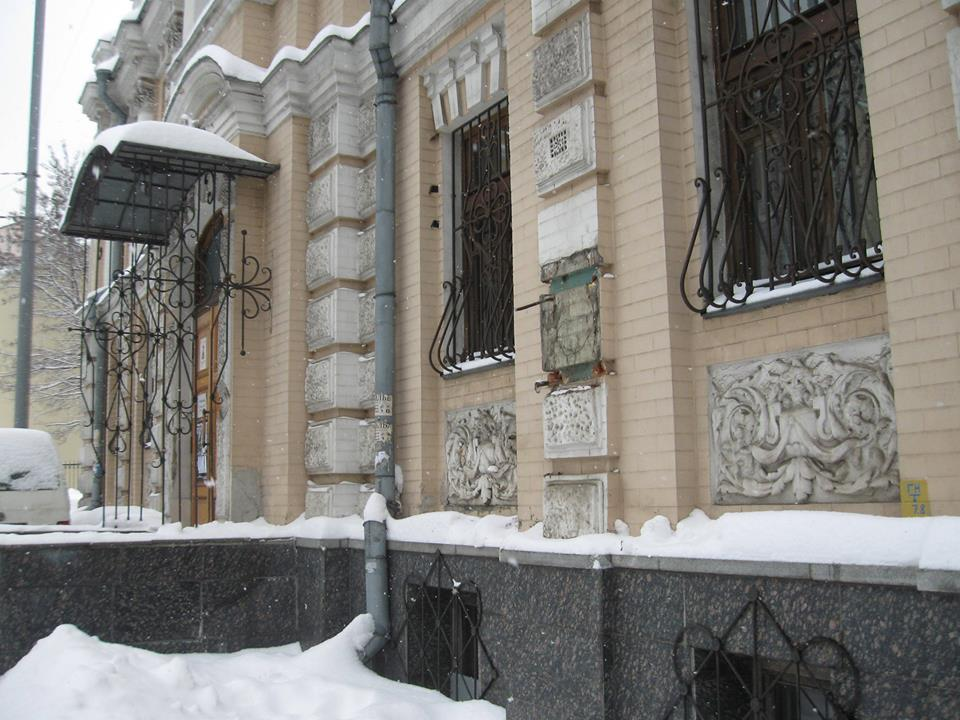 У Києві вандали вкрали унікальне погруддя Лесі Українки з фасаду музею поетеси
