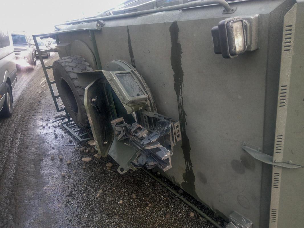 УКиєві намосту перекинувся бронеавтомобіль