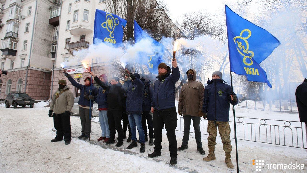 Уздания генконсульстваРФ вХарькове проходит пикет