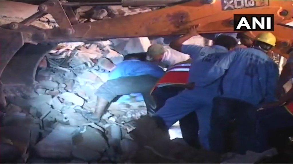 ВИндии при обрушении отеля погибли десять человек