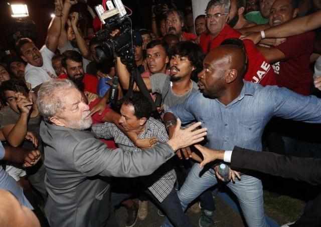ВБразилії виписали ордер наарешт екс-президента країни