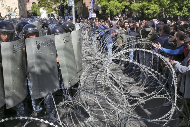 Демонстранты окружили правительственные здания наплощади Республики вЕреване