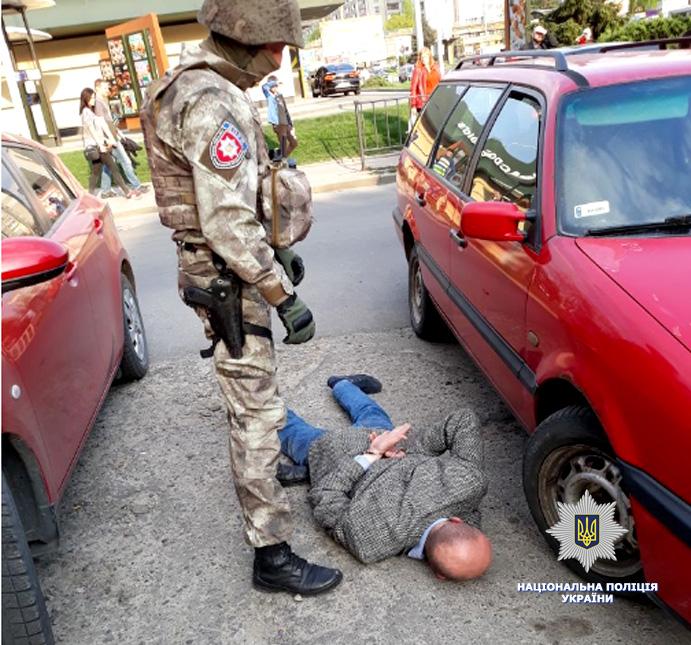 ВоЛьвове «нагорячем» задержали банду рэкетиров с19-летней помощницей