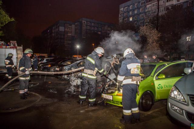 ВДнепре зажегся автомобиль слюдьми, огонь перекинулся еще на 4 машины
