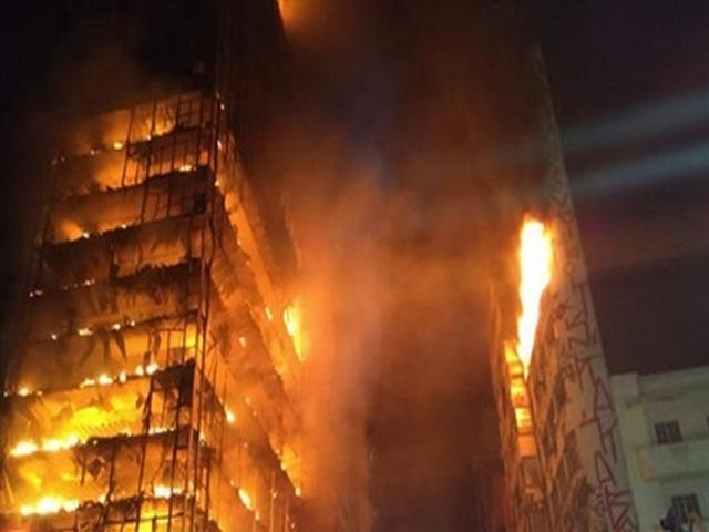 Обрушение сгоревшей дотла многоэтажки вСан-Паулу попало навидео