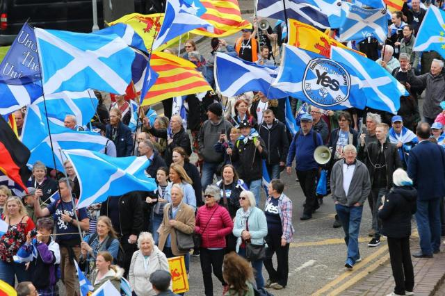 В Глазго десятки тысяч человек митинговали за независимость Шотландии