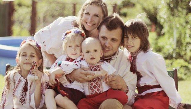 Порошенко коДню матери наградил неменее тысячи украинок почетным званием