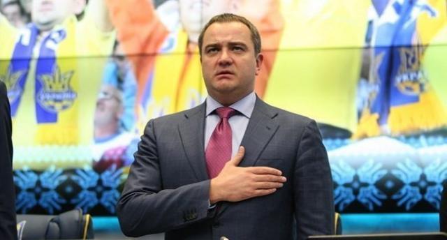 Президент ФФУ Павелко отдал Кубок Лиги Чемпионов собственной падчерице