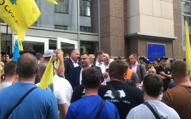 «Євробляхери» заблокували виходи зРади. Уцентрі Києва— бійка
