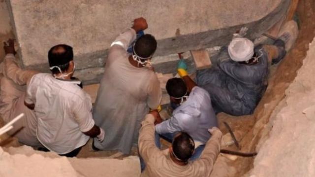 ВЕгипте прервали вскрытие старинного  чёрного саркофага