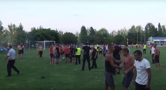 Бійкою футбольних фанатів з поліцією завершилась зустріч в Горностаївці (відео)