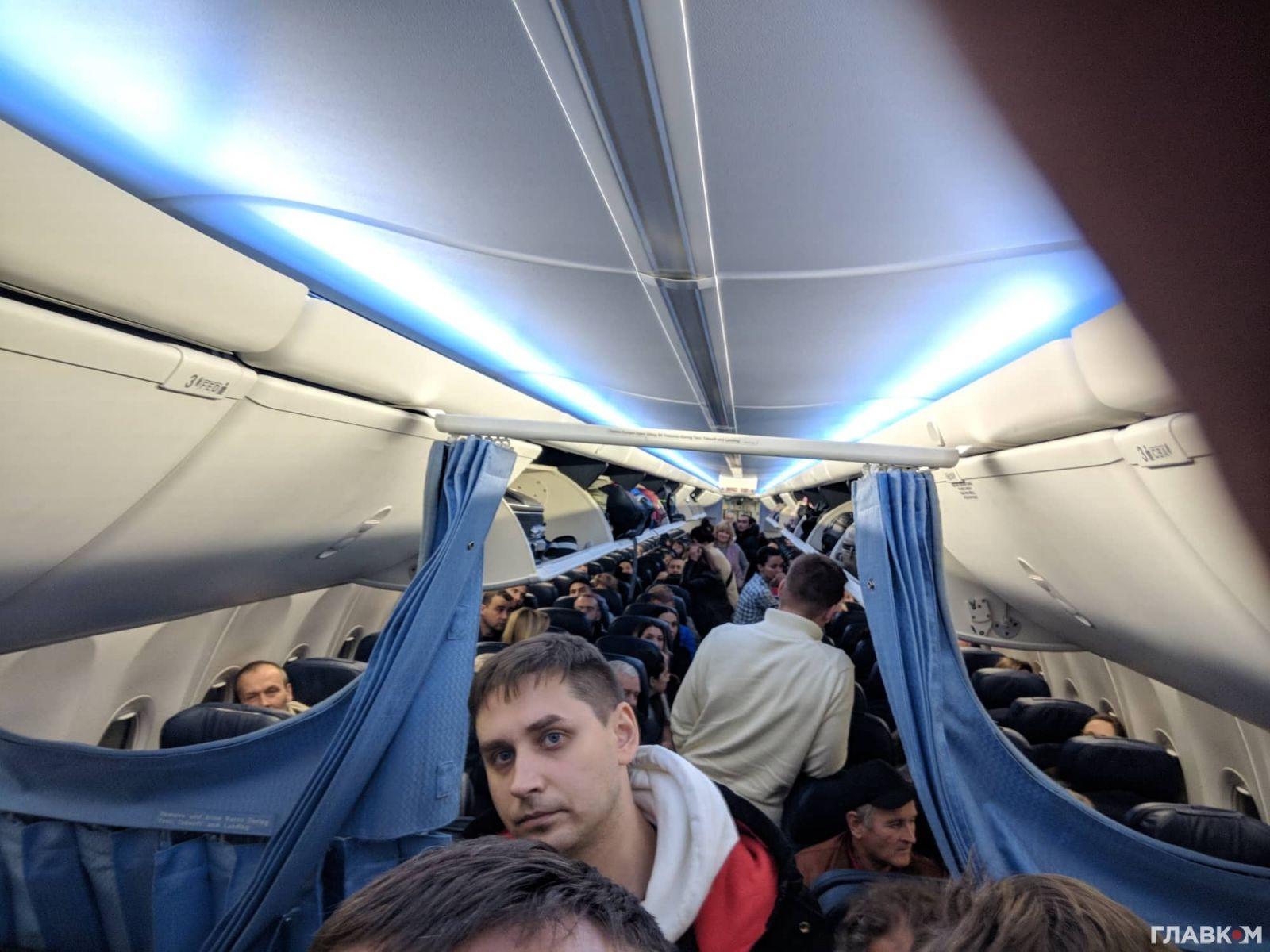 Пассажиры лайнера, который экстренно сел в Жулянах