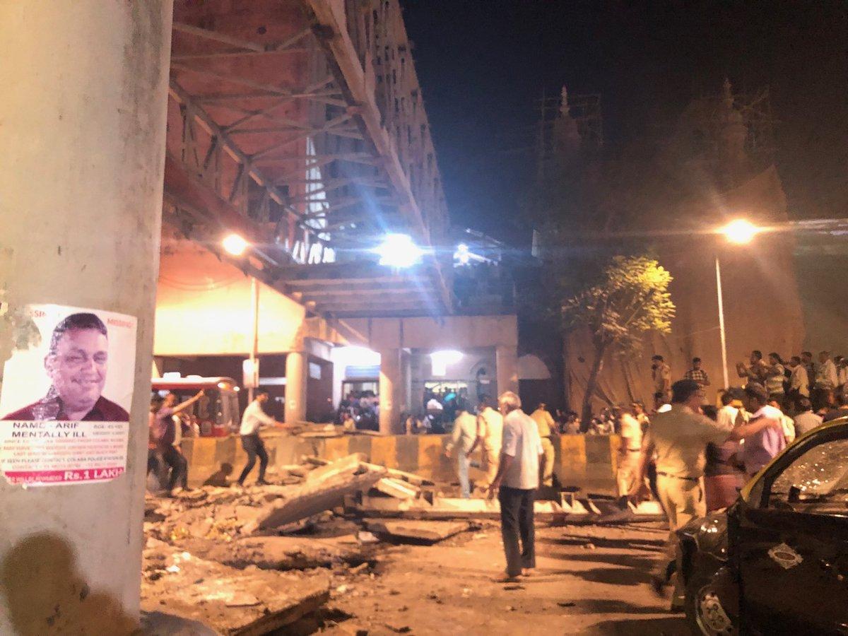 Люди, що постраждали через обвалення мосту у Мумбаї. Фото: twitter/swatidTOI