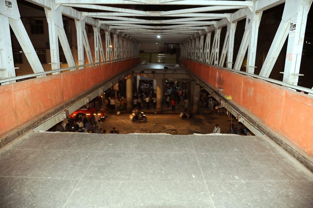 Місце обвалення мосту у Мумбаї