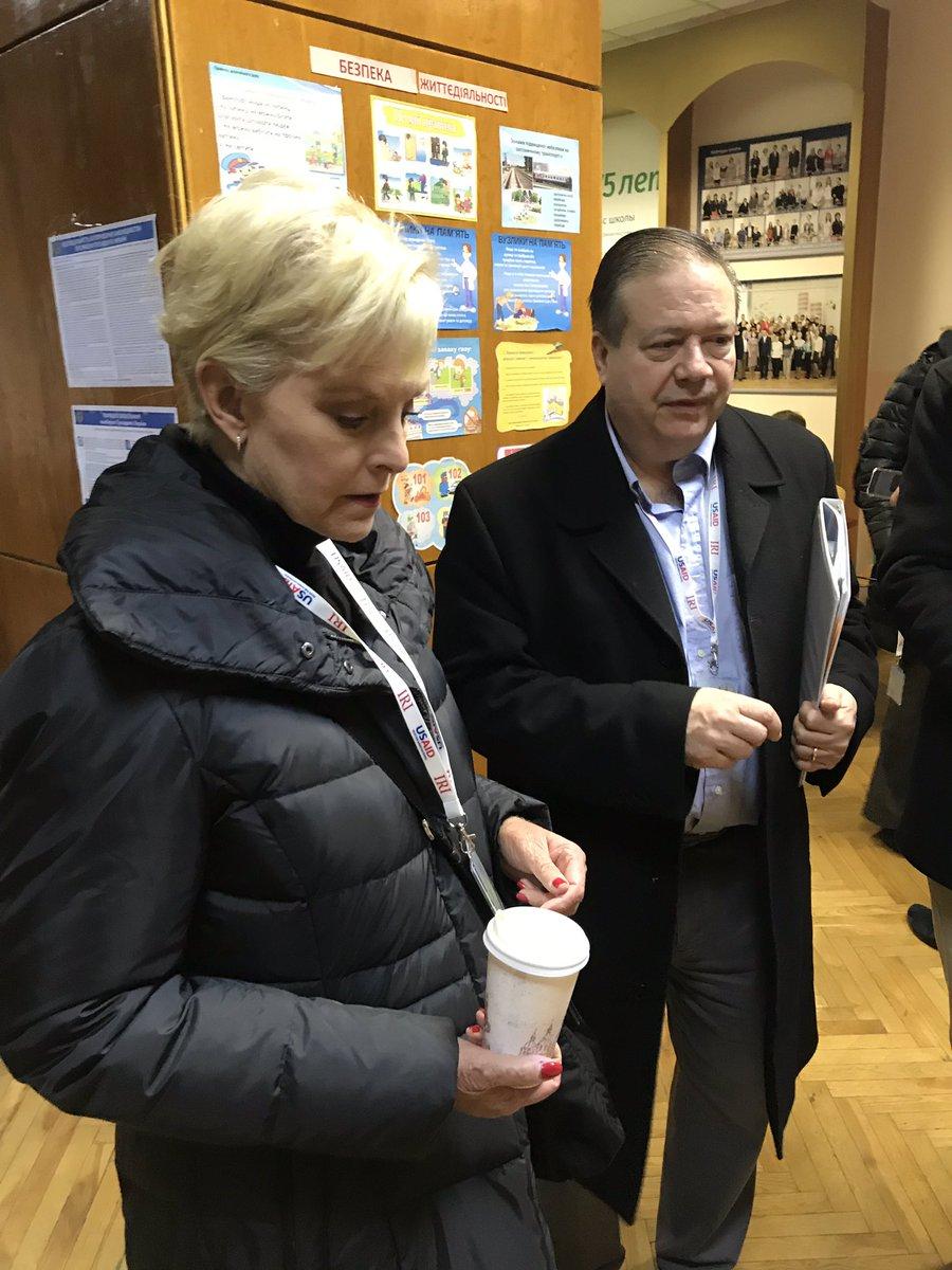 Выборы-2019: вдова сенатора Джона Маккейна проверяет избирательный участок в Киеве / Фото: Twitter
