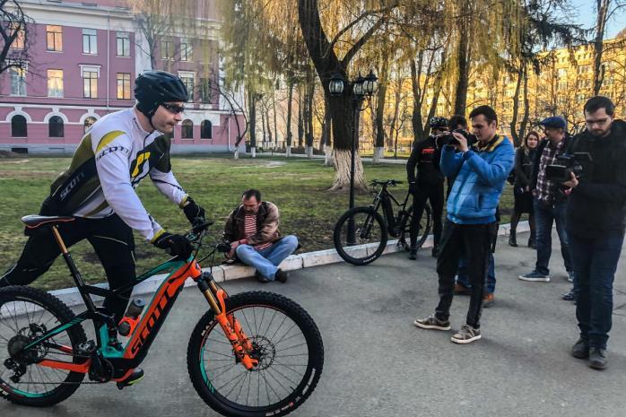 Кличко приехал голосовать на велосипеде.