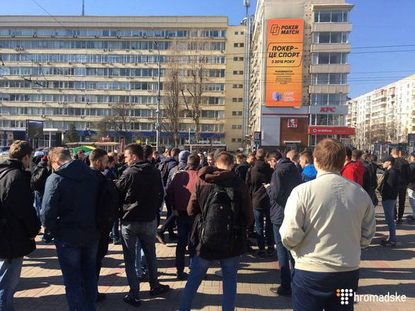 Под ЦИК собралась сотня неизвестных. Фото: hromadske.ua