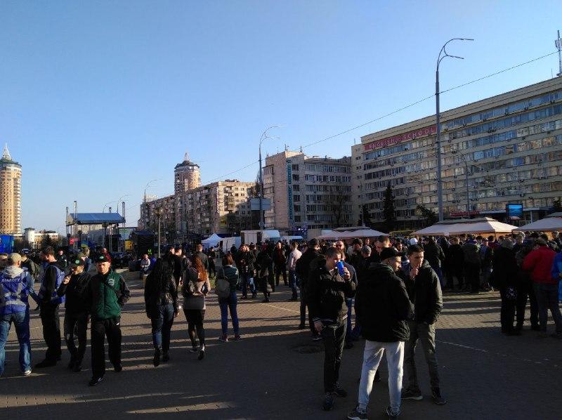 Молодики біля ЦВК, фото: рух «Чесно»