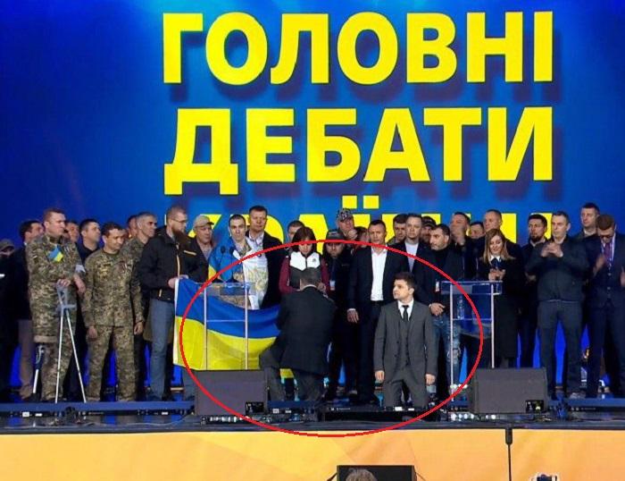 Зеленский и Порошенко стали на колени перед воинами и украинцами