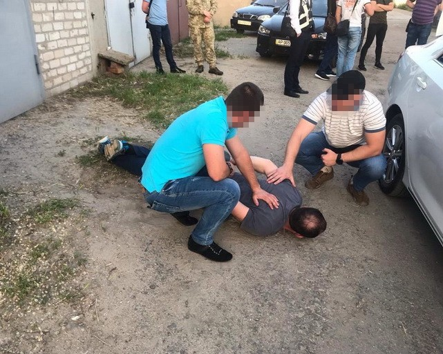 «Наклянчили зелені»: депутата облради іполіцейського спіймали нахабарі. Фото: СБУ