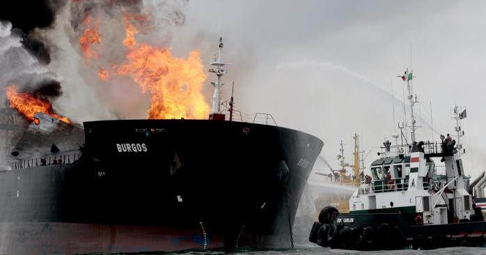 Пожар на танкере. Фото: The Guardian