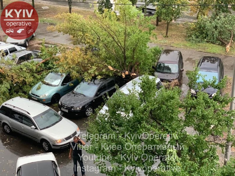 """У Києві масштабний ураган затопив вулиці і повалив дерева. Фото: """"Київ Оперативний"""" у Facebook"""