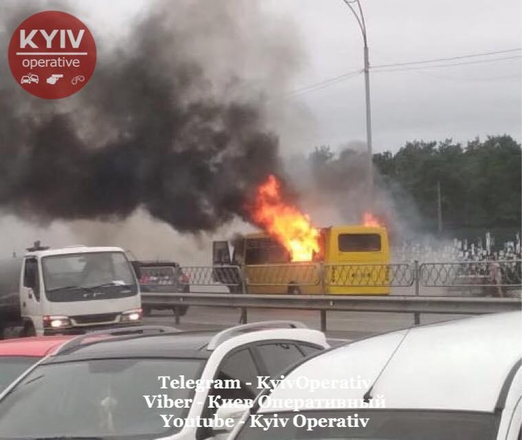 У Києві біля метро «Лісова» згоріла маршрутка, очевидці кажуть про війну перевізників. Фото: Київ Оперативний