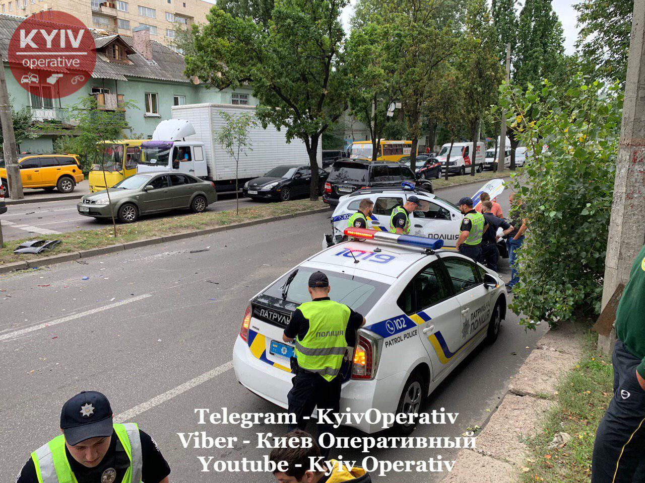 ДТП в Киеве: женщина на Audi опрокинула полицейский автомобиль. Фото: Киев Оперативный