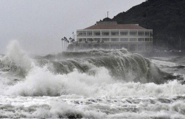 Потужний тайфун у Японії призвів до жертв і евакуації тисяч жителів. Фото: Accuweather