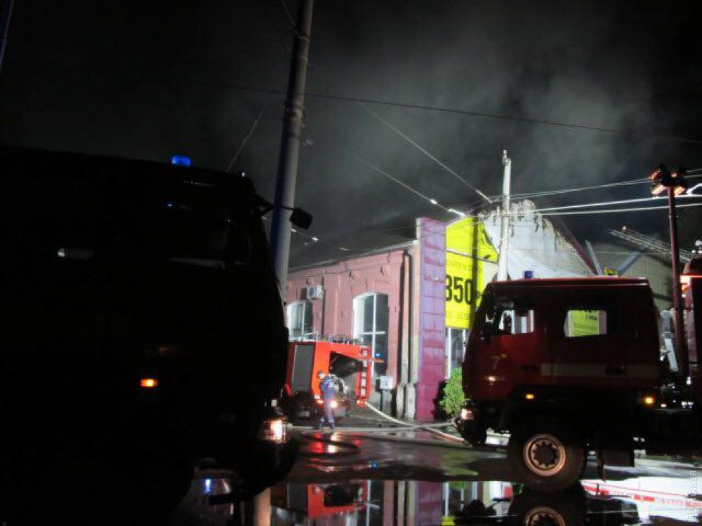 Пожежа в Одесі: у центрі міста згорів готель, загинуло восьмеро людей, фото — ДСНС
