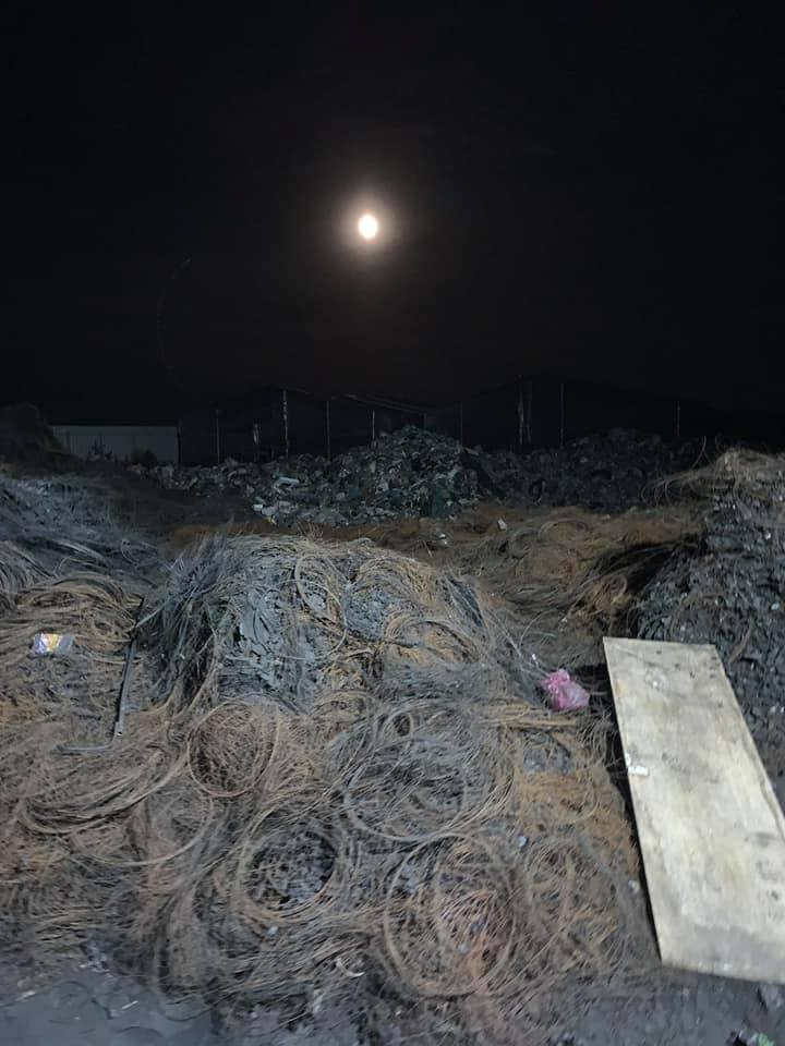 Труять Київ і пристоличні села: нелегальну плавильню шин і сміття викрито на Бориспільщині. Фото: Facebook