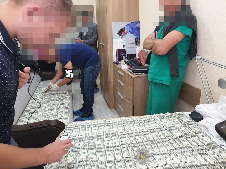 Врач института трансплантологии попался на взятке в 22 тыс. долларов. Фото: Нацполиция