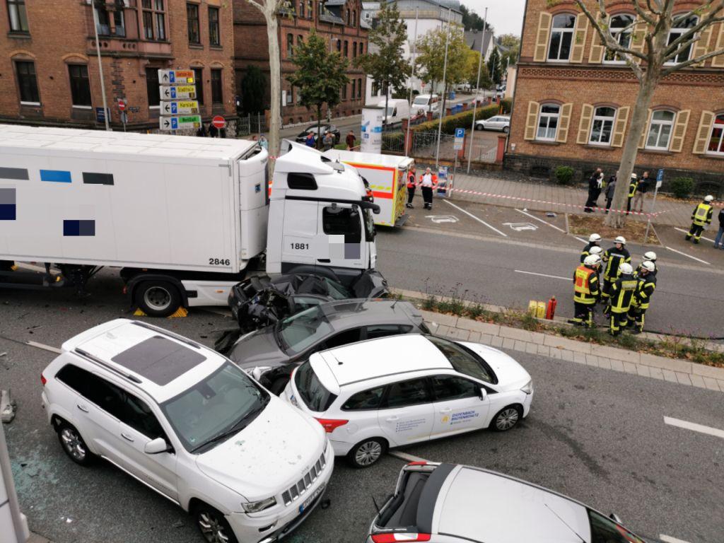 Теракт у Німеччині: вантажівка в'їхала в автомобілі на світлофорі, поранено 8 осіб. Фото: fnp.deм