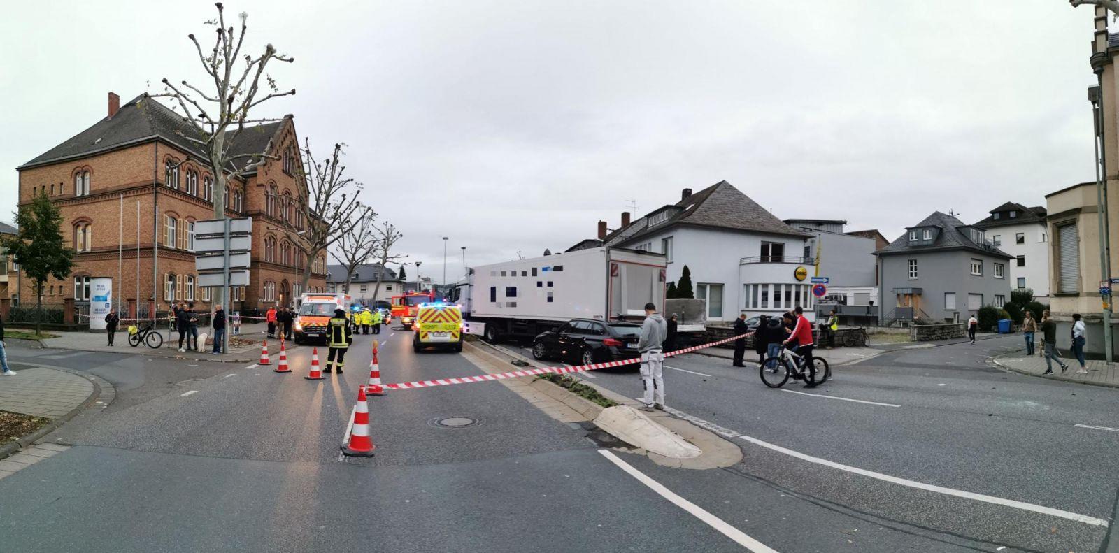 Теракт у Німеччині: вантажівка в'їхала в автомобілі на світлофорі, поранено 8 осіб. Фото: fnp.de