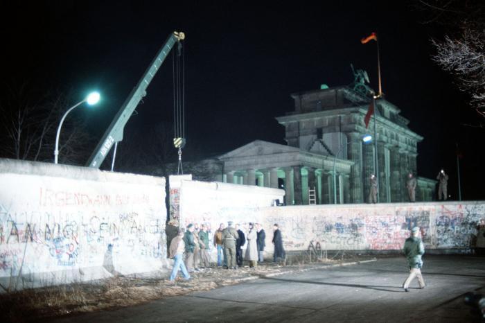 Демонтаж секции стены у Бранденбургских ворот, 21 декабря 1989 года, фото: «Википедия»