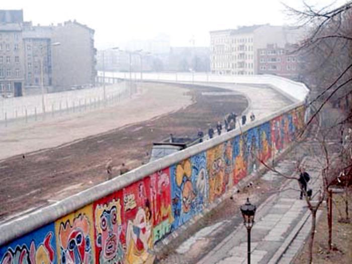 Вид на Берлинскую стену с территории Западного Берлина в 1986 году, фото: «Википедия»