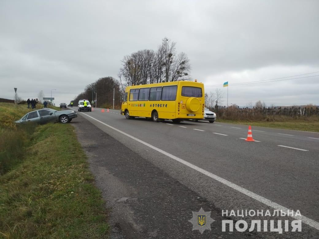 На Львівщині шкільний автобус зіштовхнувся з легковиком: 10 дітей у лікарні. Фото: Нацполіція