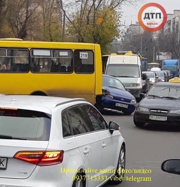 Абонент абонент: на Куренівці через телефонну розмову сталася потрійна аварія. Фото: dtp.kiev.ua
