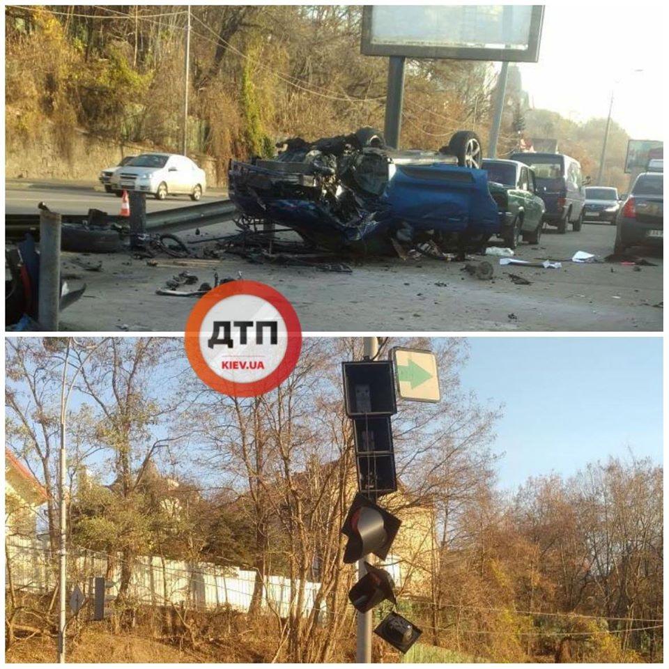 ДТП у Києві: Porsche зніс світлофор, відбійник і протаранив два авто. Фото: dtp.kiev.ua